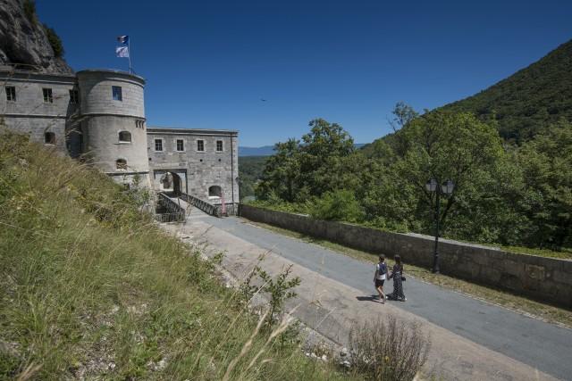 Visiteurs devant le Fort l'Écluse